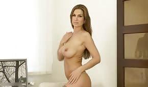 Bardzo seksowna trzydziestka świeci swoim przepięknym naturalnym biustem