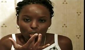 Czarna mamba obciąga dużego luja w toalecie
