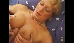 Dojrzała suczka bardzo seksownie się odstrzeliła na pieszczoty z młodym kochankiem