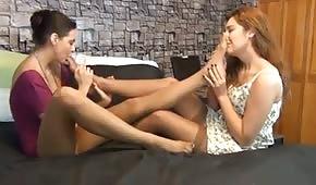 Obie przyjaciółki całują się po stopach