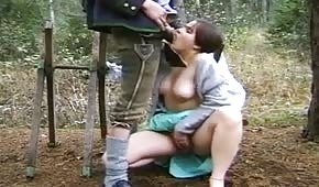wyruchał ją w lesie