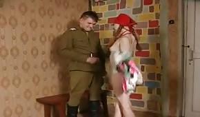 ruda wydymana przez żołnierza
