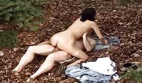 Młoda brunetka ujeżdża go w lesie