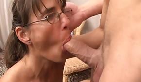Dojrzała babka ma ohotę na młodszego kutasa