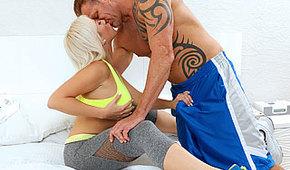 Trening z seksowną blondyneczką
