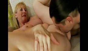 Posuwa blond mamuśkę w ogoloną cipkę