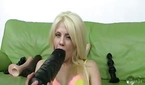 Blondi wkłada sobie wielkiego dildo w dupeczkę