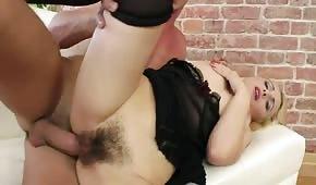 Napalona blondyneczka dostaje porządnego anala