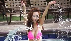 Cycata Azjatka w bikini