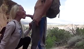 Piękna blondyneczka obrabia mu kutasa na dworze