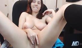 Napalona brunetka masturbuje się na krześle