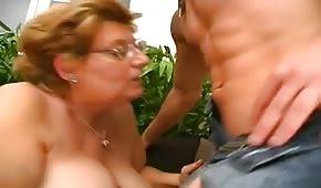 Młody ma ochotę na puszystą babcię