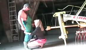 Blond mamuśka wypina mu owłosioną cipkę