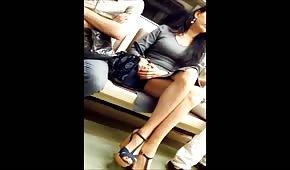 Długie nóżki laseczki w metrze