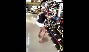Pijana blondi tańczy w monopolowym
