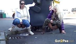 Laseczki sikają na ulicy