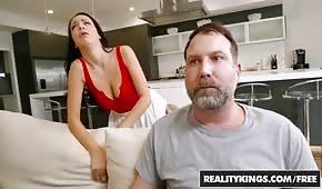 Der Mann bewegt die Frau seines Nachbarn