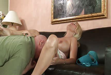 Blondyna skacze po łysym,który wylizał ją wcześniej