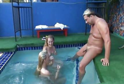Ręczne roboty dwóch blondynek w basenie
