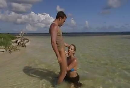 Seks parka zabawia się na wyspie