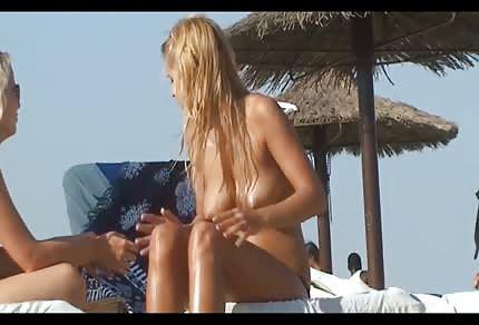 Pieści swe opalone ciałko na plaży