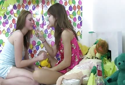 Dwie seksowna lesbijki się zabawiają