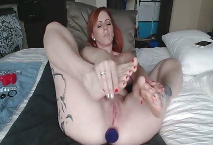 Wytatuowana laska zabawia się swoimi stopami