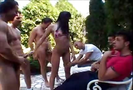 Lucy Lee pieprzy się z nimi ostro w ogrodzie