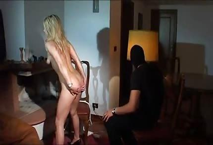 Włamywacz wyruchał napaloną blondi