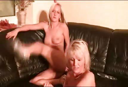 Mamuśka z córką zabawiają się na kanapie