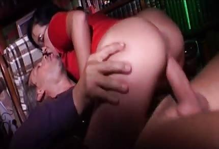 Okularnica fajnie pociągnęła jego długiego penisa