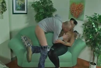 Seks z opaloną laseczką na sofie