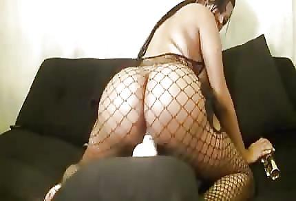 Gorąca latynoska i orgazm z dildo