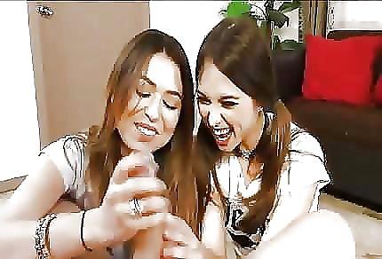 Dwie niegrzeczne nastolatki zabawiają  się jego penisem