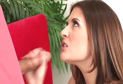 Piękna kobieta spełnia jego pragnienia