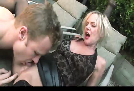 Seksowna dojrzała bondynka i seks w ogrodzie z blond przystojniakiem