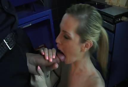 Doctora caliente con un policía