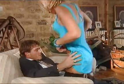 Dojrzała mama w błękitnej sukience