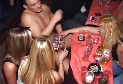 Dziewczyny obciągaja gałe na wieczorze panieńskim