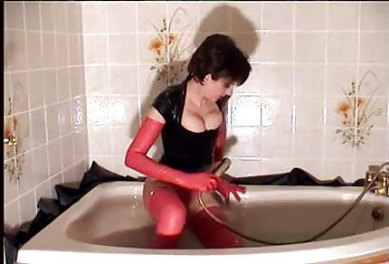 Scharfe Nutte in der Badewanne