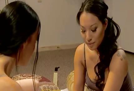 Piękne masażystki skupiły się na dużych melonach swojej klientki