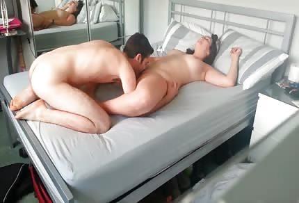Liże cipsko kochanej żonki w sypialni