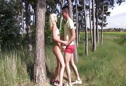 Blondi lubi to robić na łonie natury