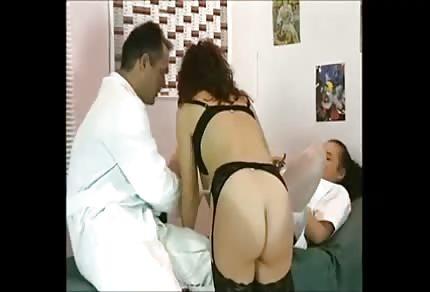 Jebanie i fisting z seksowna pielęgniarą