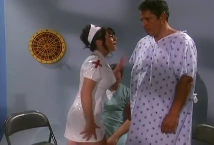 Une infirmière le met immédiatement sur ses pieds
