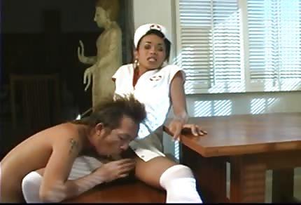 Czekoladowa pielęgniarka wzieła w dupkę