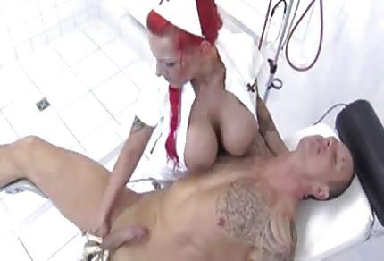Czerwonowłosa pielęgniara i jej olbrzymie, seksowne cycuszki