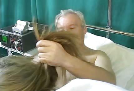 Geile Krankenschwester kümmert sich um ihren Patienten