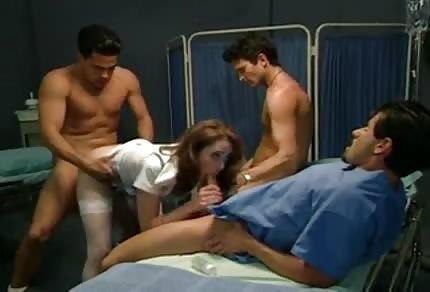 Sprośna pielęgniareczka obrabia kilku na raz