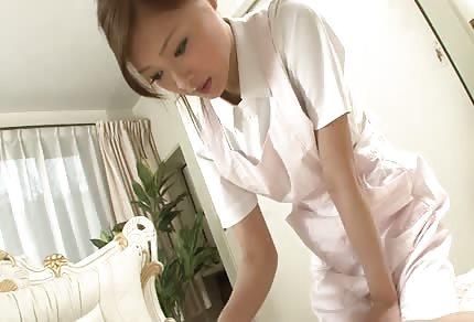 Skośna azajtycka pielęgniarka dba o swojego pacjenta
